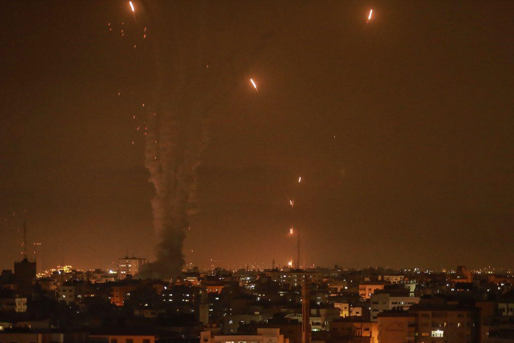 Rachete interceptate de sistemul de apărare Iron Dome din Israel.
