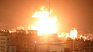 Flăcări ale unei explozii, după ce Israelul a atacat Gaza pe cale aeriană.