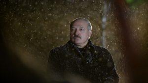 Lukashenko se uită în gol, noaptea, în timp ce ninge peste el.