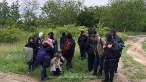 Migranții prinși după ce au traversat Dunărea.