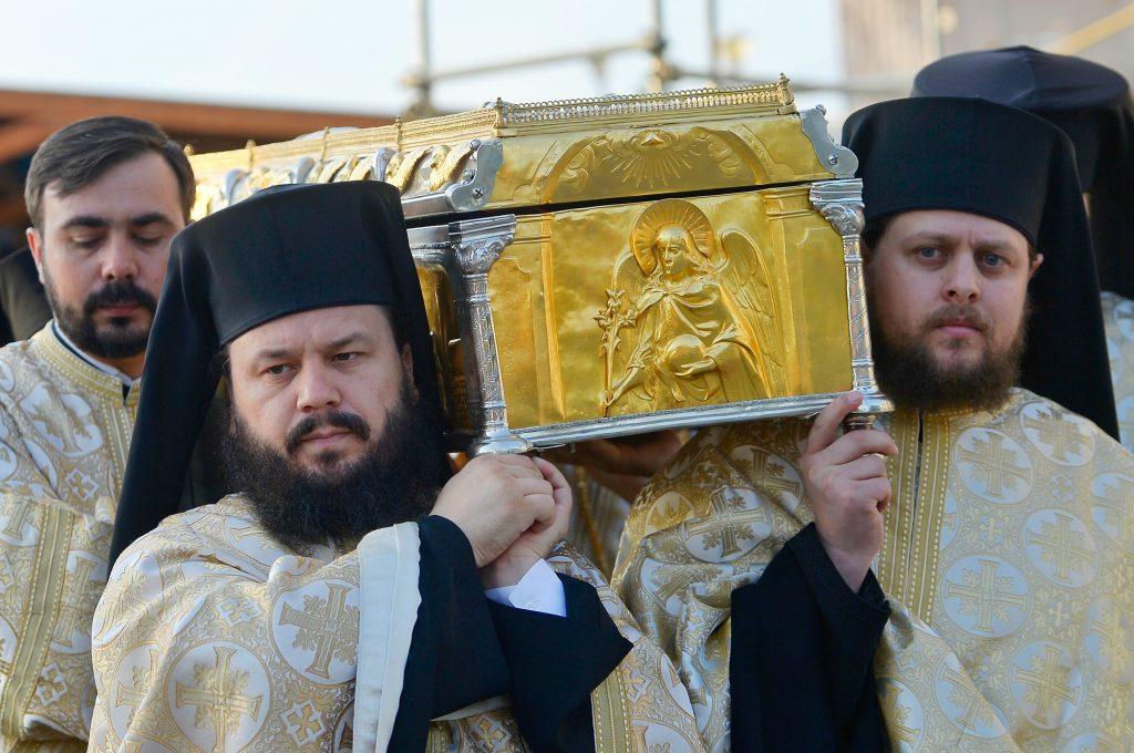 Preoți care țin pe umeri caseta cu Sfintele Moaște ale Sfinților Împărați Constantin și Elena.