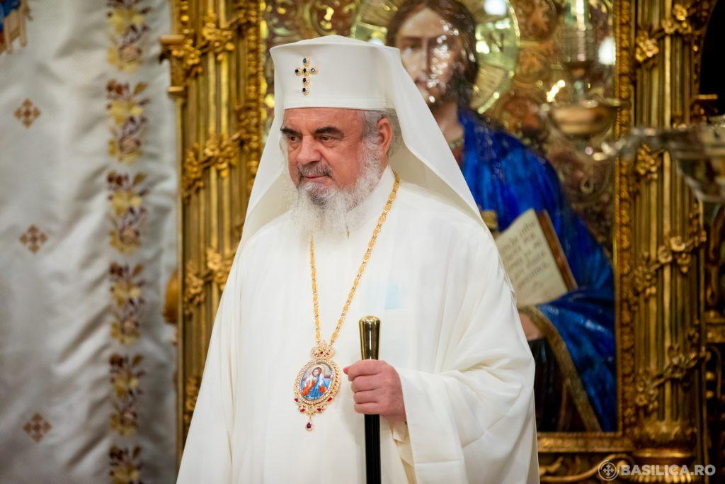 patriarhul daniel in vestminte albe.