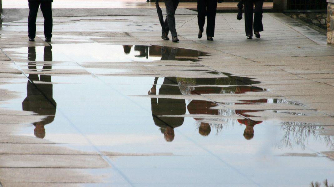 Porțiune cu apă pe stradă, în urma unei ploi.