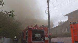 O mașină de pompieri intervine la un incendiu produs la mansarda unui bloc din Popești Leordeni