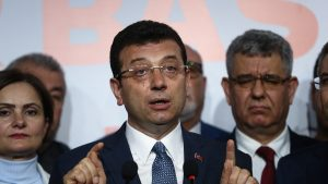Primarul Instanbulului, anchetat pentru că a stat cu mâinile la spate la mormântul sultanului Mehmet al II-lea
