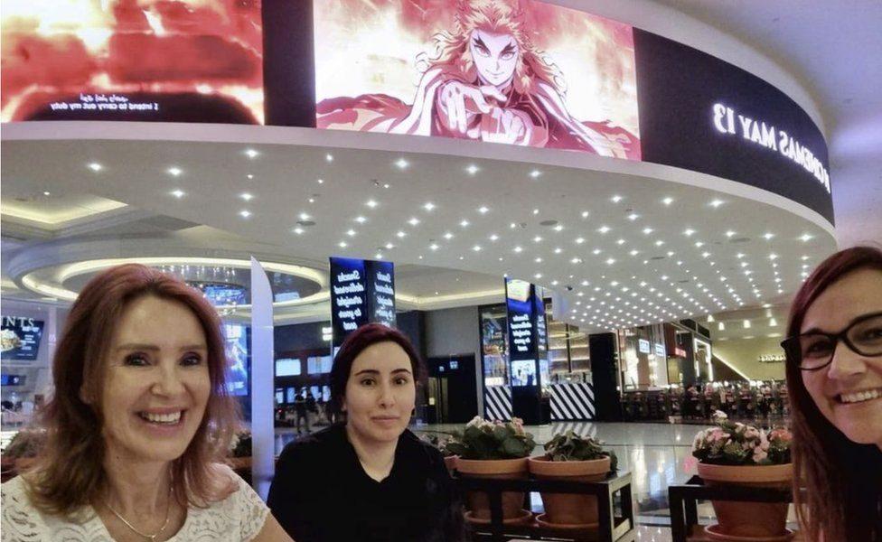 Prințesa Latifa, fotografiată la mall alături de alte două persoane