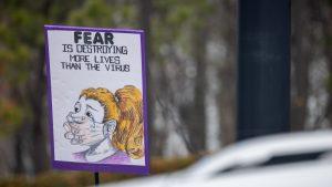 o pancarta la un protest anti-masca in limba engleza, la o manifestatie anti-restrictii din sua.