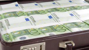 Servietă cu bancnote euro.