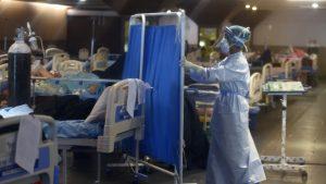 o asistenta intr-un spital covid din new delhi, india.
