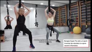 Doua femei practice bungee super fly