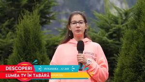 O fetiță prezintă știrile la Tabăra de televiziune