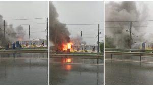 Tramvaiul a luat foc după ce a fost lovit de fulger.