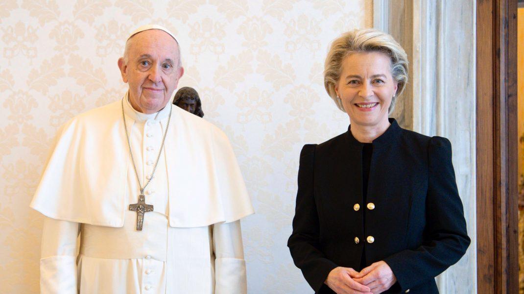 Papa Francisc al[turi de Ursula von der Leyen