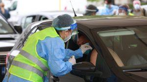 un barbat este vaccinat anti-covid la un centru drive-thru din bucuresti.