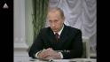 Vladimir Putin privește încruntat spre cameră.