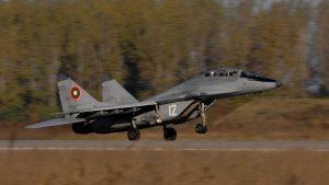 un avion mig-29 al bulgariei decoleaza in timpul unui exercitiu militar.