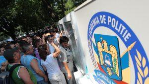 Candidați citind rezultatele la admiterea de la Academia de Poliție Alexandru Ioan Cuza din București.