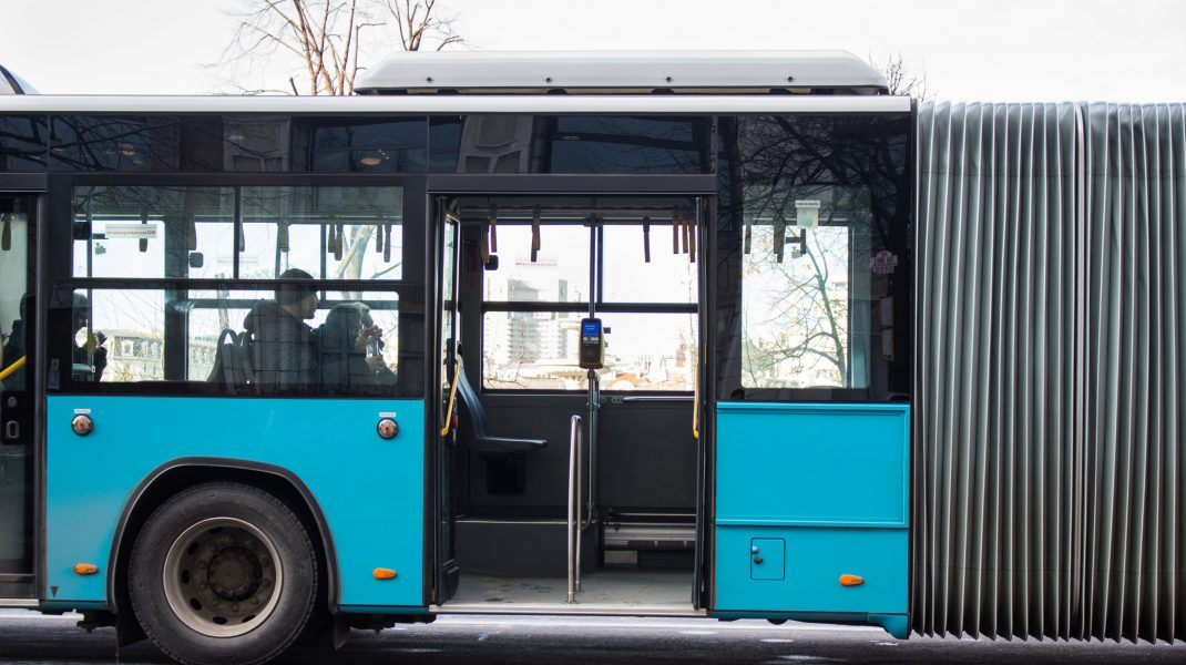 Autobuz cu ușile deschise.