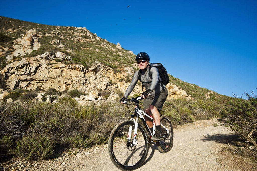 Bărbat care merge pe bicicletă.