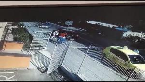 Imagini de pe o cameră de luat vederi dintr-o grădiniță din Craiova: doi copii au fost luați cu forța de mama lor direct din grădiniță.
