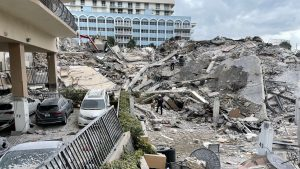 Ruinele clădirii prăbușite din Miami. Foto: Miami-Dade Fire Rescue