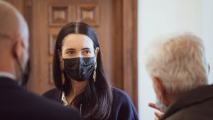 clotilde armand cu o masca neagra pe fata.