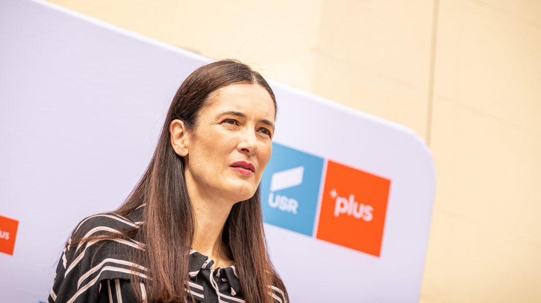 Clotilde Armand în fața unui panou USR PLUS.