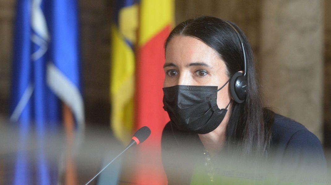 Clotilde Armand vorbește la microfon.