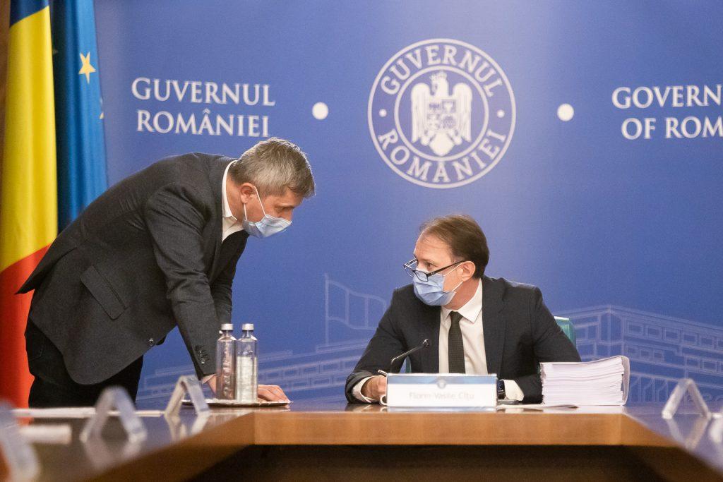 Dan Barna și Florin Cîțu discută în ședință de Guvern. Foto: gov.ro