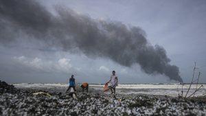 Sri Lanka se confruntă cu cel mai grav dezastru ecologic din istoria sa. O navă cu substanțe chimice arde de 10 zile. Daunele provocate