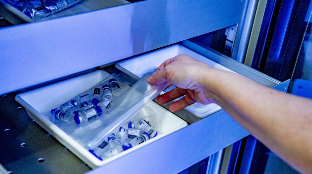 Doze de vaccin scoase din congelator de o asistentă.