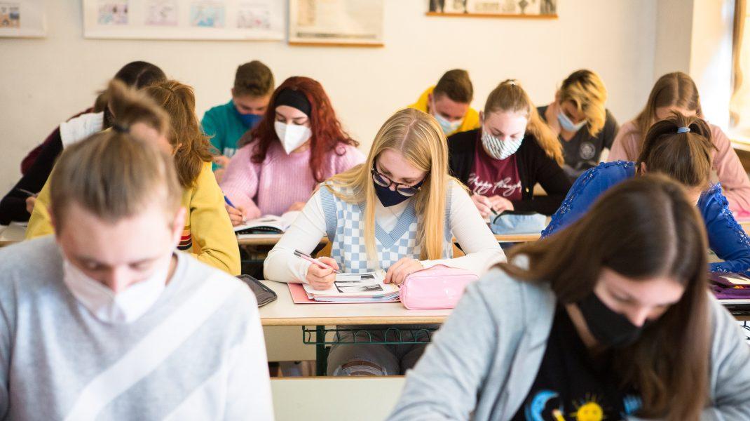 elevi într-o sală de clasă.