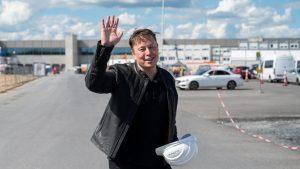 Elon Musk, în vizită la construcția fabricii din Germania.