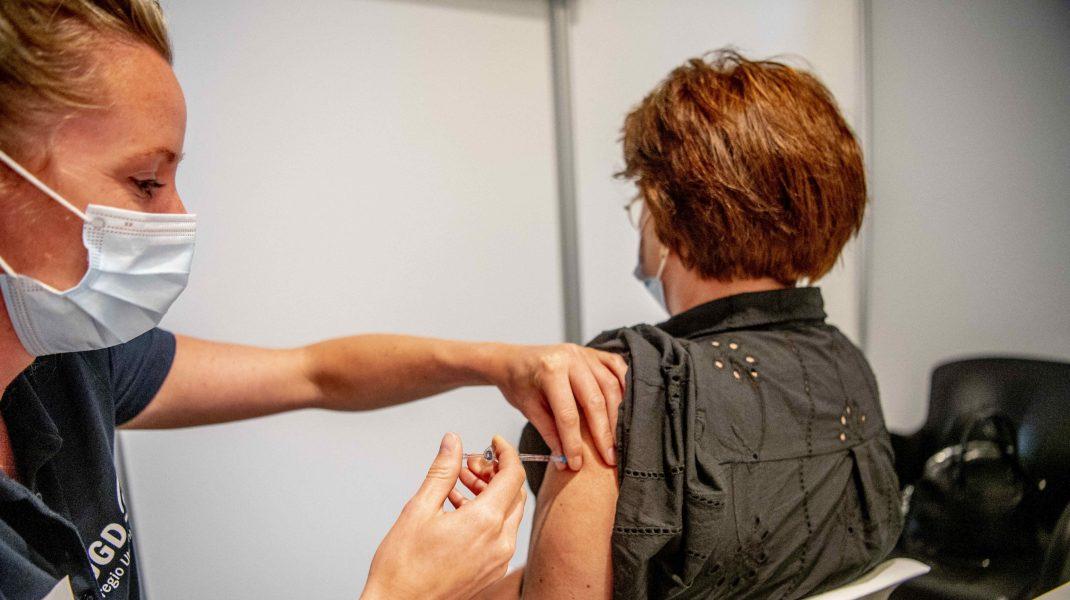 Femeie care primește vaccinul anti-COVID de la o asistentă.