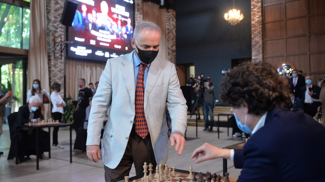 Garry Kasparov jucând șah cu Nicușor Dan.