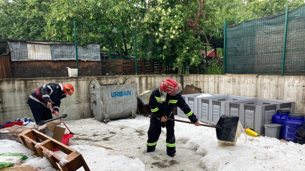 Strat de grindină la Horezu, după o furtună de 20 de minute. Foto: ISU Vâlcea