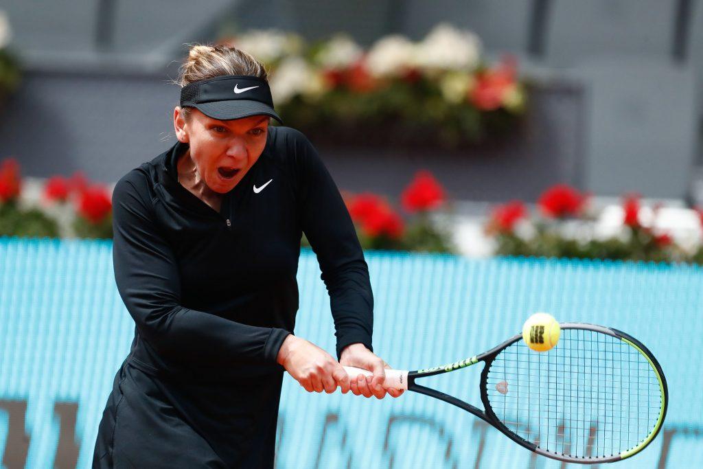 Simona Halep lovește o minge de tenis în timpul unui joc.
