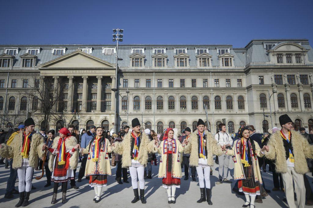 Hora Unirii în București, jucată de tineri îmbrăcați în costume populare.