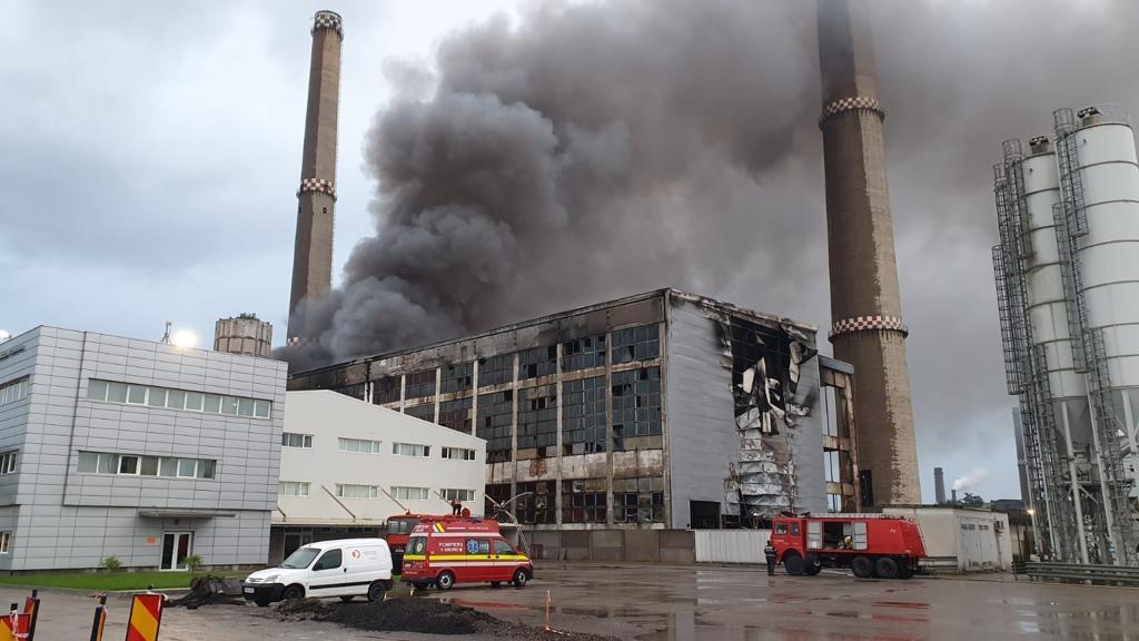 Incendiu în hala unei firme care colectează deșeuri.