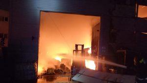 Incendiu în hala unei firme de colectare a deșeurilor periculoase din Prahova.