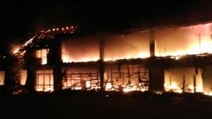 Incendiu puternic în Timiș. Un magazin a ars în totalitate