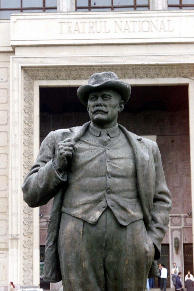 Statuia lui Ion Luca Caragiale în fața Teatrului Național din București.