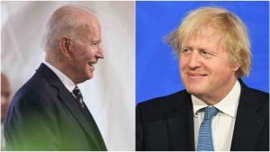 Joe Biden și Boris Johnson se privesc zâmbind.