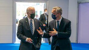 Joe Biden, întâmpinat de Jens Stoltenberg la summitul NATO. Foto: nato.int