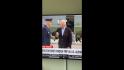 Joe Biden în fața avionului său în timp ce este atacat de o lăcustă.