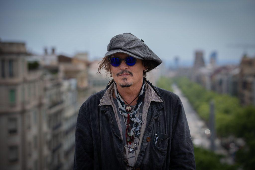 Johnny Depp fotografiat pe o clădire.