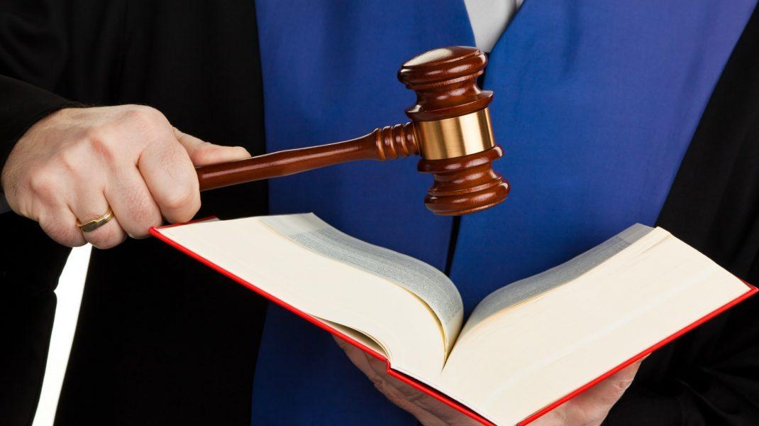 Judecător cu Constituție și ciocănel.