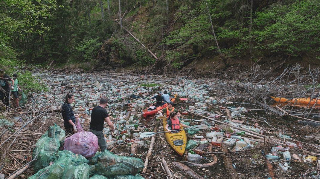 Imagini dezolante pe Lacul Beliș. 3.500 de saci cu gunoi au fost strânși de pe unul din cele mai frumoase lacuri din țară. FOTO