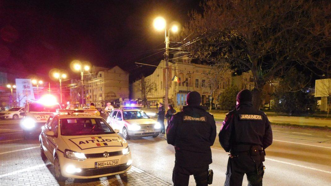 masini de politie si jandarmi, noaptea, pe strazile din botosani.