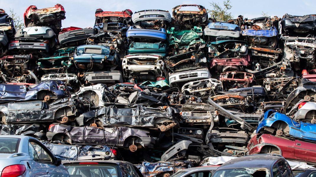Mașini vechi într-un parc de dezmembrări.